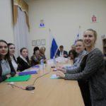 """Все участники финала конкурса и члены жюри разместились за одним столом. Фото: Константин Бобылев, """"Глобус"""","""