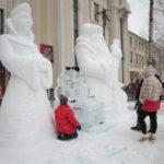 """Ледяная копилка под охраной Деда Мороза и Снегурочки. Фото: Константин Бобылев, """"Глобус""""."""
