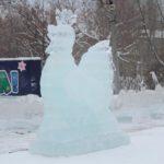 """Петух изо льда -- символ наступающего года. Фото: Константин Бобылев """"Глобус""""."""