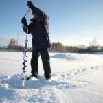 """Проверяют толщину льда при помощи ледобура. Фото: Константин Бобылев, """"Глобус""""."""