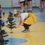 """В последнем конкурсе нужно было нарядить елочку. Фото: Константин Бобылев, """"Глобус""""."""