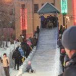 """В новогоднюю ночь было немало желающих скатиться с самой большой горки в городе. Не спадал ажиотаж и на протяжении всех каникул. Фото: Константин Бобылев, """"Глобус""""."""