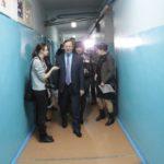 """Павел Креков в коридорах школы. Фото: Константин Бобылев, """"Глобус""""."""