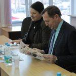 """Павел Креков читает школьную газету. Фото: Константин Бобылев, """"Глобус""""."""