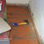 При осмотре жилища сыщики обнаружили топор со следами вещества бурого цвета и пустой кошелек, накануне хозяйка дома получила пенсию. Фото: предоставлено Валерием Горелых