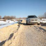"""Автомобиль пришлось поменять. Низкая посадка предыдущего не позволяла проехать по местным дорогам. Фото: Константин Бобылев, """"Глобус""""."""