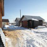 """Несмотря ни на что поселок развивается и строится, стройматериалы люди завозят редко, но помногу. Фото: Константин Бобылев, """"Глобус""""."""
