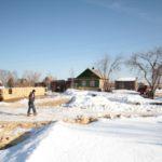 """Дорога почищена и местные жители запасаются дровами на большой срок сразу -- кто знает, когда вновь можно будет проехать по дороге. Фото: Константин Бобылев, """"Глобус""""."""