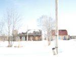 """Рядом с развалившимся пустующим домом построен совсем новенький. Люди стремятся к природе. Фото: Константин Бобылев, """"Глобус""""."""