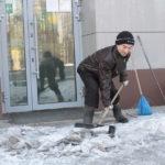 """Гадинур Гайнутдинов убирает территорию возле отделений банка с 2010 года и до сих проблем с зарплатой и договором не возникало. Фото: Константин Бобылев, """"Глобус""""."""