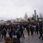 Народ собирается на площади Труда.