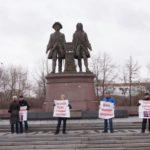 Тут же на площади митинговали активисты, выставившие плакаты «за Путина» и призвавшие к борьбе с нацпредателями.