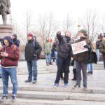 Люди стояли с плакатами, призывающие власти официально отреагировать на обвинения в коррупции, которые прозвучали в адрес российского премьер-министра Дмитрия Медведева в фильме «Он вам не Димон».