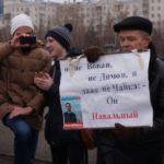 Звучали политические лозунги, призывавшие, в частности, к расследованию фактов, изложенных в фильме ФБК, а также отставке Дмитрия Медведева.