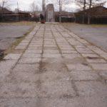Разбитая бетонная плитка на подходе к мемориалу