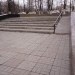 Неубранная листва и разрушения поверхности бетонного пандуса