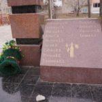Венки на мемориале не закреплены. Иногда их опрокидывает ветер.