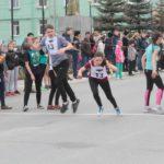 """Ребята бежали по центральным улицам города. Фото: Константин Бобылев, """"Глобус""""."""