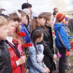 Школьники на памятной линейке