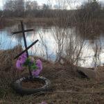 """Небольшой памятник расположен на берегу реки Сосьвы. Фото: Константин Бобылев, """"Глобус""""."""