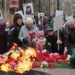 """По окончанию акции горожане возложили цветы к """"Вечному огню"""". Фото: Константин Бобылев, """"Глобус""""."""