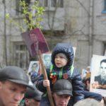 """К шествию присоединились и стар, и млад. Фото: Константин Бобылев, """"Глобус""""."""