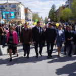 """Во время шествия чиновники то и дело пытались пообщаться с и.о. губернатора области. По рабочим вопросам? Фото: Михаил Бобков, """"Глобус""""."""