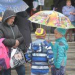 """Дождь не испортил настроения ребят и их родителей. Фото: Константин Бобылев, """"Глобус""""."""