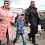 """Ребят провожали целыми семьями. Фото: Константин Бобылев, """"Глобус""""."""