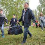 """Родители помогали ребятам загрузить в автобусы объемные сумки. Фото: Константин Бобылев, """"Глобус""""."""