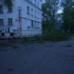 Шквал в Серове. Сорванная крыша на Сортировке, завал дороги на поселок Энергетиков, поваленные тополя в центре города