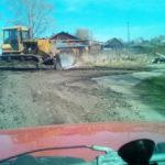 Ямы на асфальтовой дороге выравняли при помощи бульдозера. Фото: Алексей Потапов.