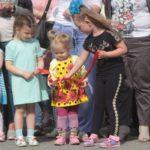 """На открытии мемориальной доски присутствовало много детей. Фото: Константин Бобылев, """"Глобус""""."""