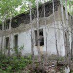 """Окна у всех зданий отсутствуют, частично отсутствует и крыша.  Фото: Константин Бобылев, """"Глобус""""."""
