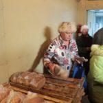 "Хлеб - самый ходовой товар вагон-лавки. Фото: Константин Бобылев, ""Глобус""."