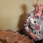 """САмый востребованный продукт в вагон-лавке -- хлеб. За рейс продается около 50 булок. Люди покупают сразу по 5-6 булок. Хранят в холодильниках, чтобы не плесневел, или сушат сухари. Фото: Константин Бобылев, """"Глобус""""."""