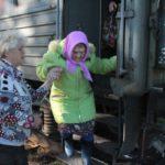 """Основными посетителями вагон-лавки являются пожилые люди. Фото: Константин Бобылев, """"Глобус""""."""