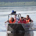 """Самая интересная для ребят часть урока -- поездка на лодке. Фото: Константин Бобылев, """"Глобус""""."""