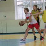 """В турнире приняли участие только две женские команды -- серовская (в желтом) и карпинская. Фото: Константин Бобылев, """"Глобус"""","""