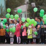 """Ребята выпустили в небо сотни шаров. Фото: Константин Бобылев, """"Глобус""""."""