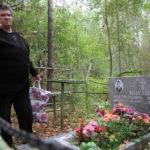 """Алевтина Бычкова говорит, что """"согласна на все"""", лишь бы памятник на могиле родителей остался в целости и сохранности. Фото: Константин Бобылев, """"Глобус""""."""