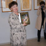 """Надежде подарили книгу сказок Пушкина, для вдохновения на новые работы.  Фото: Мария Чекарова, """"Глобус""""."""