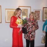 """Зрители выставки тоже не остались в стороне и поздравили Надежду с открытием выставки. Фото: Мария Чекарова, """"Глобус""""."""