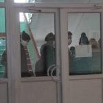 """Ученики эвакуировались в марлевых повязках. Фото: Константин Бобылев, """"глобус""""."""