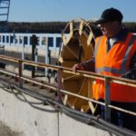 Рабочий наблюдает за процессом сброса излишней воды