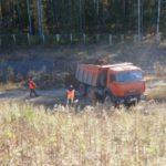 Дорожные рабочие контролируют процесс отсыпки
