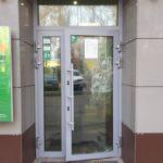 """5 октября обе двери Сбербанка были разбиты неизвестным мужчиной, на данный момент стекло заменили на пластик. Фото: Мария Чекарова, """"Глобус""""."""