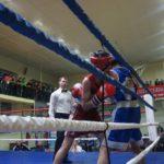 Боксер зажимает оппонента в канатах