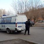 """Гражданина с ножом задержали полицейские. Фото: Мария Чекарова, """"Глобус""""."""