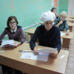 """Участвовали в диктанте от мала до велика. Фото: Константин Бобылев, """"Глобус""""."""
